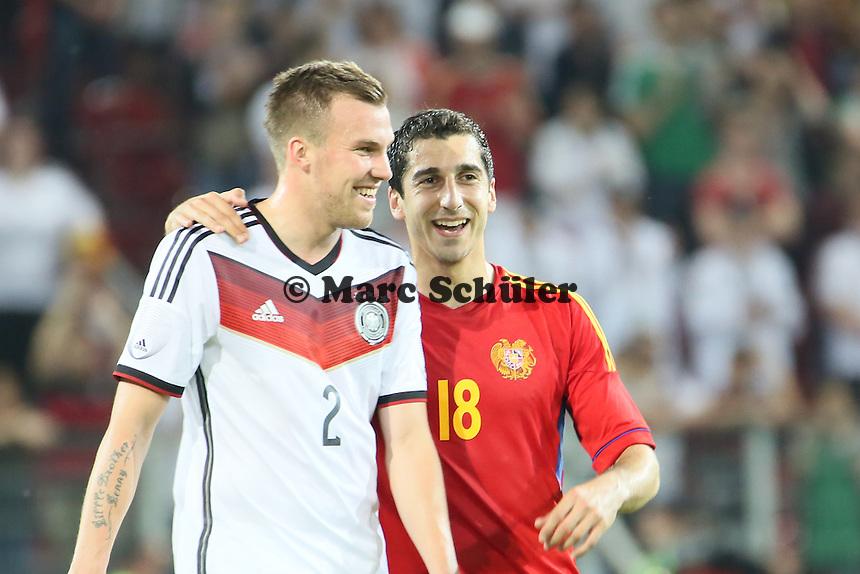 Kevin Großkreutz (D) mit Henrik Mhkitaryan (ARM) - Deutschland vs. Armenien in Mainz