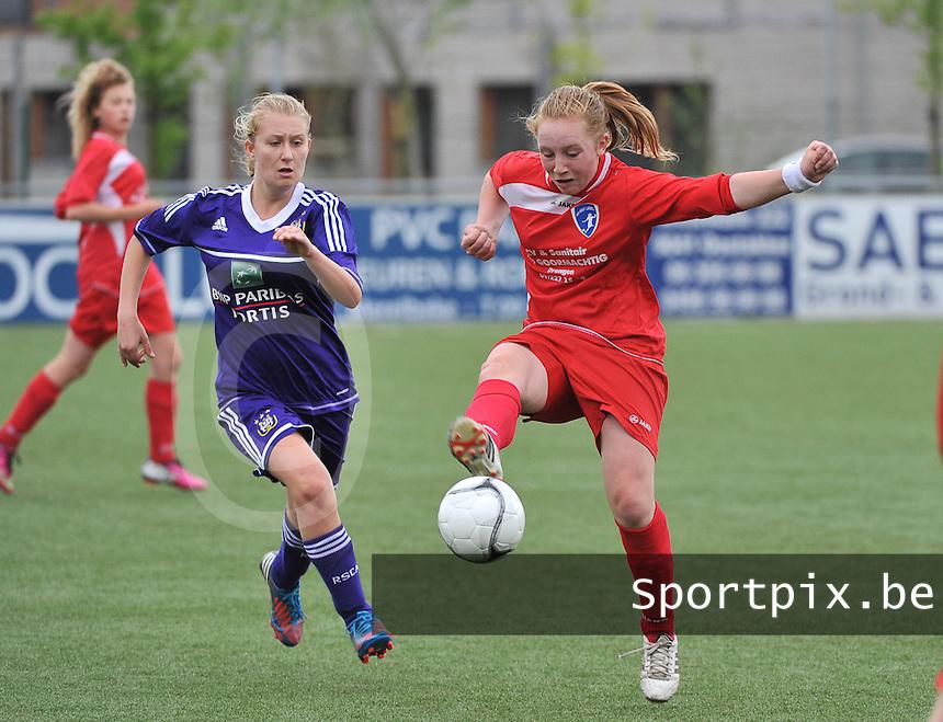 AA Gent Ladies U16 - RSC Anderlecht : duel tussen Emma Vantornout (r) en Elien De Smedt (links).foto DAVID CATRY / Nikonpro.be