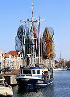 Hoorn. vissersboot in de haven. De fuiken hangen te drogen