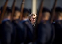 Berlin, Verteidigungsministerin Ursula von der Leyen (CDU) steht am Dienstag (17.12.13) Verteidigungsministerium bei der Amts&uuml;bergabe mit milit&auml;rischen Ehren vor Soldaten.<br /> Foto: Steffi Loos/CommonLens