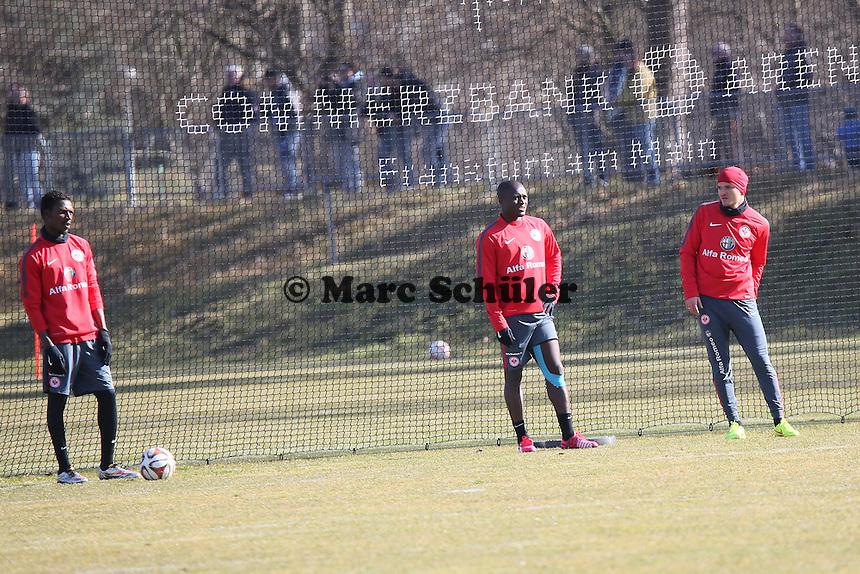 Yusupha Yaffa (Eintracht) wieder im Einzeltraining etwas Abseits von Constant Djakpa und Aleksandar Ignjovski, die zusammen trainieren - Eintracht Frankfurt Training, Commerzbank Arena