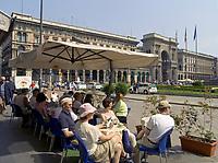 Italien, Lombardei, Mailand: Cafe auf der Piazza del Doumo mit der Galleria Vittorio Emanuele | Italy, Milan: Cafe at Piazza del Doumo with Vittorio Emanuele Arcade