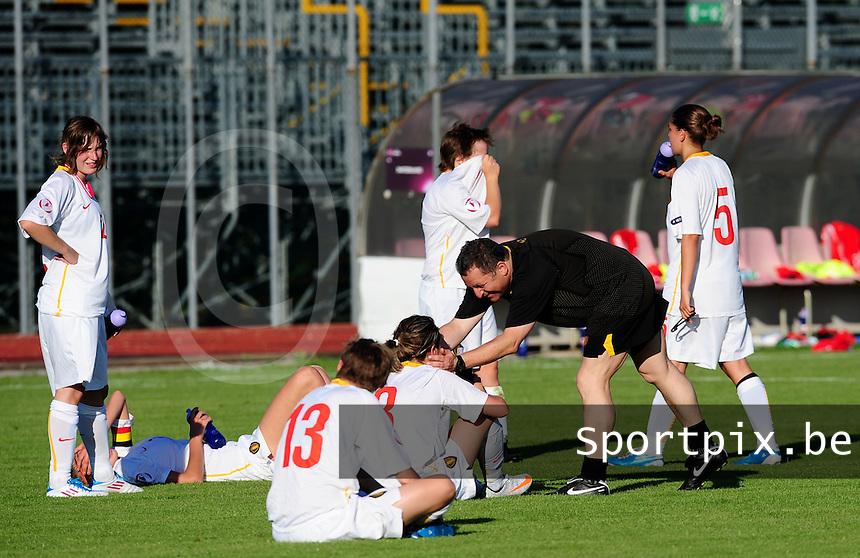 European Women's Under - 19 Championship 2011 Italy :.Switzerland - Belgium U19 : Jean-Marie Greven trootst zijn ontgoochelde speelsters na de verliesmatch.foto DAVID CATRY / VROUWENTEAM.BE