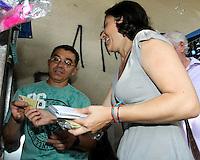 ATENCAO EDITOR: FOTO EMBARGADA PARA VEICULO INTERNACIONAL - SAO PAULO, SP, 10 SETEMBRO 2012 - ELEICOES SAO PAULO - SONINHA FRANCINE -  A candidata a prefeitura de Sao Paulo pelo PPS Soninha Francinece durante caminhada pelo comércio no Ipiranga na regiao sul da capital paulista. (FOTO: LEVY RIBEIRO / BRAZIL PHOTO PRESS)
