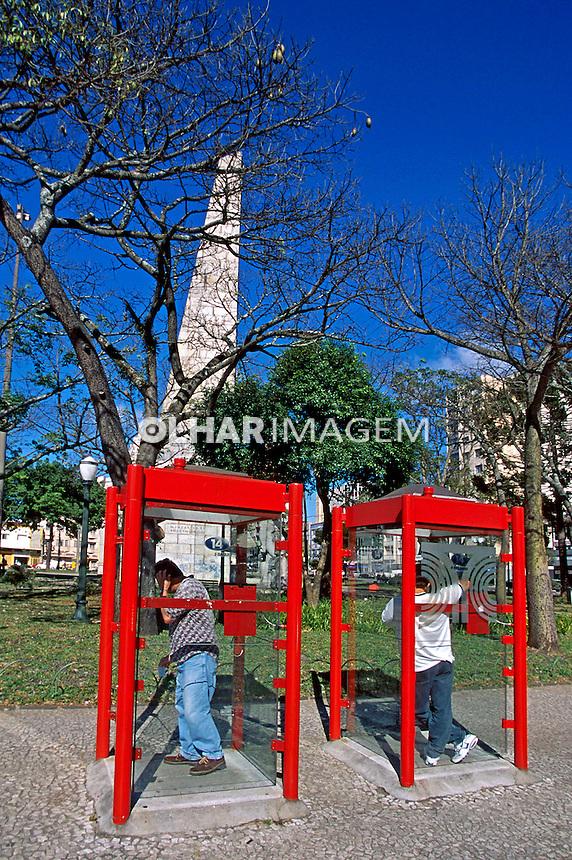 Telefone público na cidade de Curitiba. Paraná. 2001. Foto de Juca Martins.