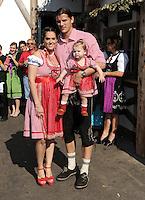 FUSSBALL   1. BUNDESLIGA   SAISON 2011/2012    Die Mannschaft des FC Bayern Muenchen besucht das Oktoberfest am 02.10.2011 Daniel van Buyten mit Frau Celine (FC Bayern Muenchen)