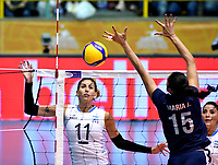 BOGOTÁ-COLOMBIA, 08-01-2020: María Pérez de Venezuela, remata el balón a Julieta Lezcanno de Argentina, durante partido entre Argentina y Venezuela, en el Preolímpico Suramericano de Voleibol, clasificatorio a los Juegos Olímpicos Tokio 2020, jugado en el Coliseo del Salitre en la ciudad de Bogotá del 7 al 9 de enero de 2020. / Maria Perez from Venezuela, shoots the ball to Julieta Lezcanno Argentina, during a match between Venezuela and Argentina, in the South American Volleyball Pre-Olympic Championship, qualifier for the Tokyo 2020 Olympic Games, played in the Colosseum El Salitre in Bogota city, from January 7 to 9, 2020. Photo: VizzorImage / Luis Ramírez / Staff.