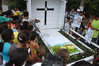 D. Erwin Krautler Tumulo de Dorothy Mae Stang.<br /> <br /> <br /> Manifestações populares em protesto pelo assassinato de Dorothy Stang ocorrido no PDS Esperança em Anapú no Pará.<br /> Anapú, Pará, Brasil.<br /> Foto Paulo Santos<br /> 12/02/2006
