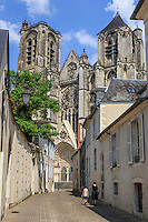 France, Cher (18), Bourges, la cathédrale Saint-Étienne classée Patrimoine mondial de l'UNESCO vue depuis la rue du Guichet // France, Cher, Bourges, Saint Etienne cathedral, listed as World Heritage by UNESCO, and du Guichet street