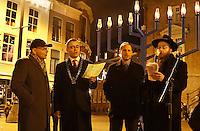 Nederland Haarlem 2016. Chanoeka viering op de Grote Markt in Haarlem. De burgemeester van Haarlem Jos Wienen. Foto Berlinda van Dam / Hollandse Hoogte