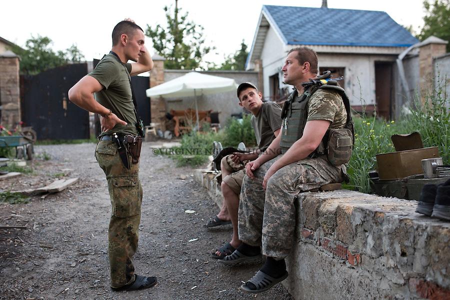 UKRAINE, Pisky: A commander from another unit is visiting the Unit.<br /> <br /> UKRAINE, Pisky: Un commandant d'une autre unit&eacute; est en visite dans la base arri&egrave;re de Vladimir et ses camarades.