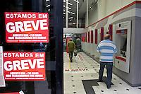 ATENCAO EDITOR IMAGEM EMBARGADA PARA VEICULOS INTERNACIONAIS  - SAO PAULO, SP , 18/09/2012 - GREVE BANCARIOS SP. - Os bancários de todo o País entraram em greve por tempo indeterminado a partir de hoje 18. As reivindicações dos trabalhadores, que pedem 10,25%, sendo 5,0% de aumento real. Além do reajuste salarial, os trabalhadores pleiteiam mudanças na participação nos lucros e resultados (PLR). Na foto agencia bradesco na rua boa vista, centro ,sp<br /> FOTO VAGNER CAMPOS / BRAZIL PHOTO PRESS