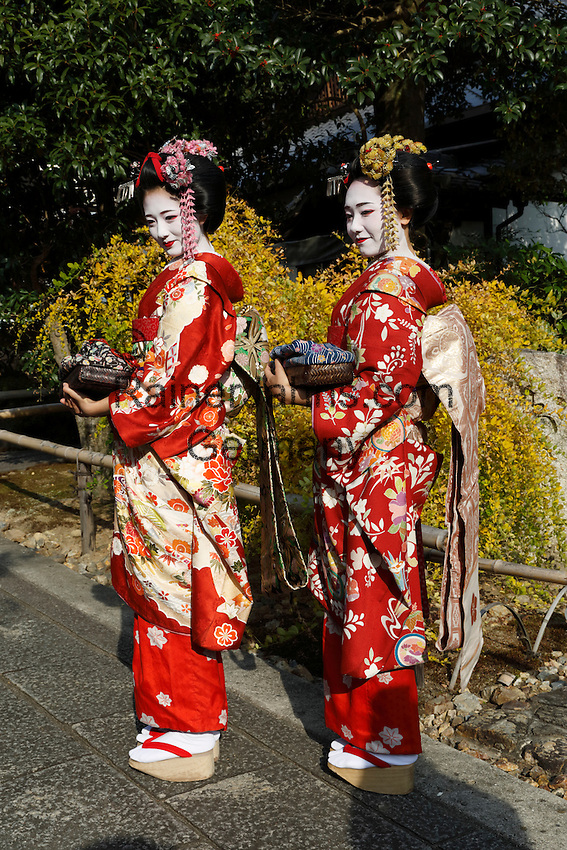 Japan, West Honshu, Kansai, Kyoto: Japanese Geishas | Japan, West-Honshu, Kansai, Kyoto: japanische Geishas in bunten Kimonos