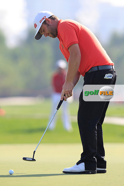 Andy Sullivan (ENG) takes his putt on the 1st green during Friday's Round 2 of the Abu Dhabi HSBC Golf Championship 2015 held at the Abu Dhabi Golf Course, United Arab Emirates. 16th January 2015.<br /> Picture: Eoin Clarke www.golffile.ie