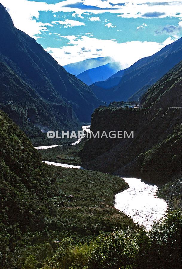 Vale com rio na cordilheira dos Andes. Equador. 1997. Foto de Juca Martins.