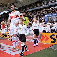 FUSSBALL   1. BUNDESLIGA  SAISON 2012/2013   9. Spieltag   VfB Stuttgart - Eintracht Frankfurt      28.10.2012 Serdar Tasci (li, VfB Stuttgart) und Torwart Sven Ulreich (Mitte, VfB Stuttgart) mit Einlaufkind