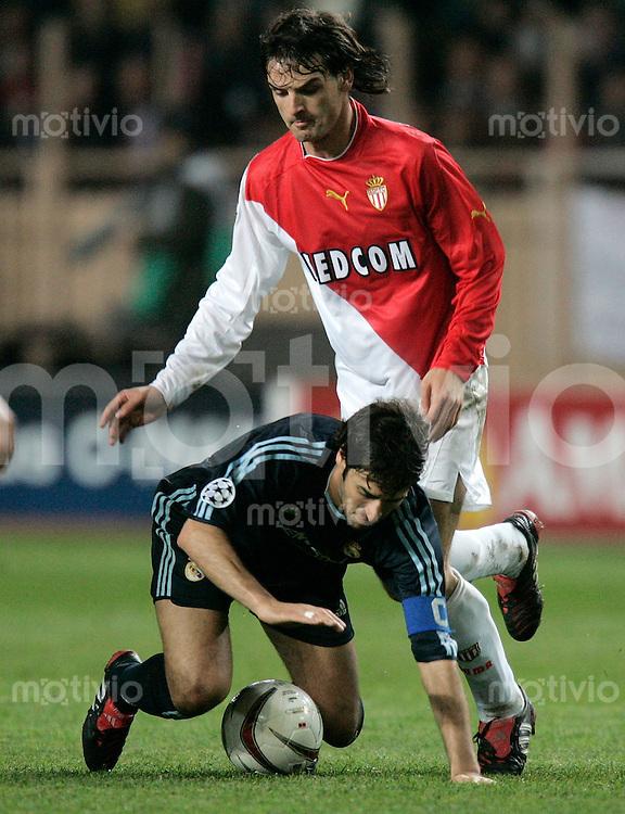 FUSSBALL Champions League 2003/2004 Viertelfinalrueckspiel AS Monaco 3-1 Real Madrid Raul (Real,unten) gegen Fernado Morientes (AS)
