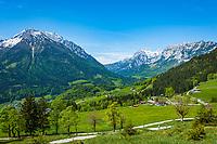 Deutschland, Bayern, Berchtesgadener Land, Ramsau bei Berchtesgaden: Gnotschaft (Ortsteil) Schwarzeck, Blick von Loiplsau in die Berchtesgadener Alpen mit Hochkalter 2.607 m (links) und Reiter Alpe (Reiter Alm)   Germany, Upper Bavaria, Berchtesgadener Land; Ramsau bei Berchtesgaden: district Schwarzeck, view from Loiplsau towards Berchtesgaden Alps with summit Hochkalter 2.607 m (left) and Reiter Alpe (Reiter Alm) mountain range