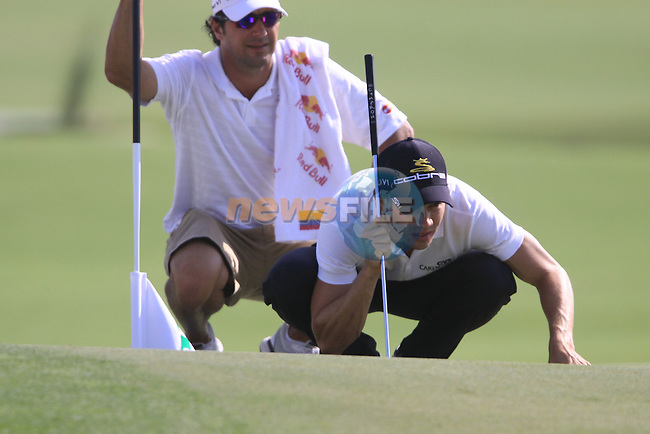 Camilo Villegas lines up his putt on the 18th green during the opening round of Day 1 at the Dubai World Championship Golf in Jumeirah, Earth Course, Golf Estates, Dubai  UAE, 19th November 2009 (Photo by Eoin Clarke/GOLFFILE)