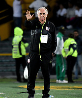 BOGOTÁ - COLOMBIA, 14-01-2019: Fernando Castro, técnico de América de Cali durante partido entre América de Cali y Atlético Nacional, por el Torneo Fox Sports 2019, jugado en el estadio Nemesio Camacho El Campin de la ciudad de Bogotá. / Fernando Castro, coach of America de Cali during a match between America de Cali and Atletico Nacional, for the Fox Sports Tournament 2019, played at the Nemesio Camacho El Campin stadium in the city of Bogota. Photo: VizzorImage / Luis Ramírez / Staff.