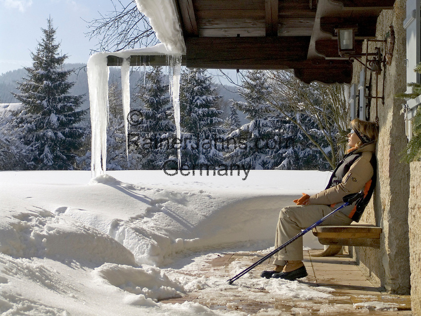 Deutschland, Frau beim Nordic Walking im Winter - Rast bei Almhuette | Germany, woman doing nordic walking in winter - resting