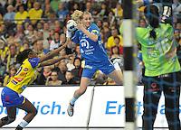 Handball Champions League Frauen 2013/14 - Handballclub Leipzig (HCL) gegen Metz (FRA) am 10.11.2013 in Leipzig (Sachsen). <br /> IM BILD: Saskia Lang (HCL) gegen Torfrau Barbora Ranikova (Metz) <br /> Foto: Christian Nitsche / aif