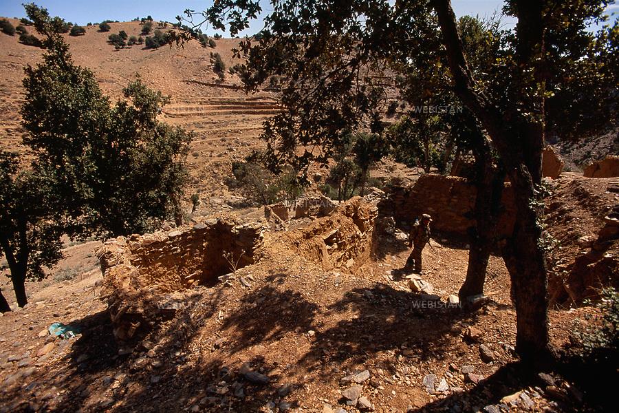 2004. Afghanistan. Ruins of Bin Laden's last known house on the side of Tora Bora mountain after the American army bombings. Ruines de la dernière demeure connue de Ben Laden, sur le versant  afghan de la montagne de Tora Bora, après les pilonnages de l'armée américaine.
