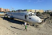 PHILIPPINES, Manila, Parañaque City, dumped airplane McDonnell Douglas DC-9 of philippine Airline Cebu Pacific, behind SM city mall Sucat / PHILIPPINEN, Manila, verschrottetes Flugzeug McDonnell Douglas DC-9 der philippinischen Fluggesellschaft Cebu Pacific auf einer Muellhalde in der Naehe des Flughafen, Hintergrund SM City mall Sucat