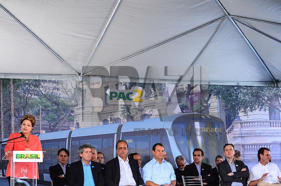 RIO DE JANEIRO, RJ, 14 DE JUNHO DE 2013 -PRESIDENTA DILMA NO PORTO MARAVILHA-RJ- O Governador Sérgio Cabral, a Presidenta Dilma Rousseff, o Ministro Aguinaldo Ribeiro, O vice-governador, Pezão e o Prefeito Eduardo Paes na cerimônia de assinatura de contrato para construção e operação do veículo leve sobre trilhos (VLT) nas áreas central e portuária do Rio de Janeiro, na Zona Portuária Rio de Janeiro.FOTO:MARCELO FONSECA/BRAZIL PHOTO PRESS