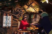 Europe/Voïvodie de Petite-Pologne/Cracovie:  Marché de Noël sur la Place du Marché: Rynek -Marchande grillant des Fromages de brebis de montagne fumés