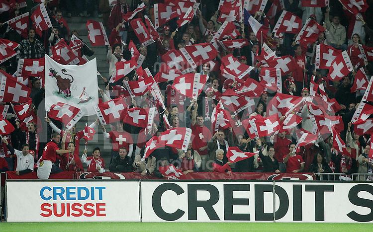 Fussball International WM Qualifikation Schweiz 1-1 Frankreich SUI Fans, Credit Suiss Werbebande