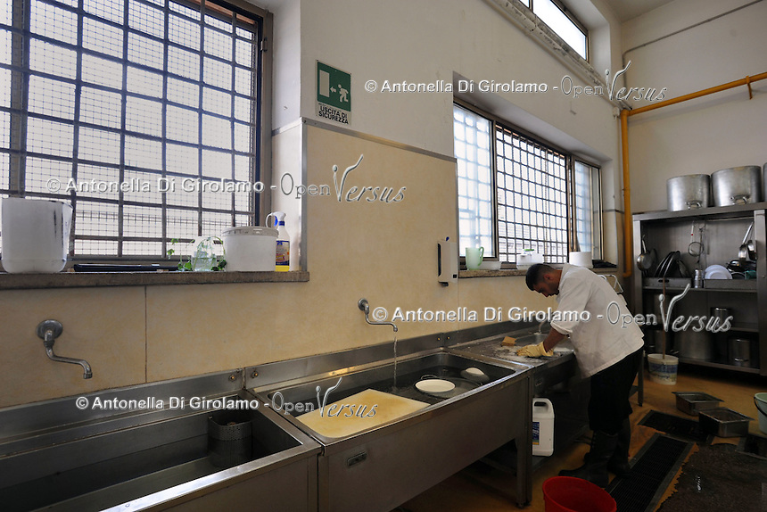 "Roma.Rome.Italia.Italy.Casa di reclusione di Rebibbia.Le cucine.I lavoratori detenuti mentre organizzano un catering e buffet per l'esterno..Workers detained while organizing a catered buffet for the outside..""Liberamens...a"" è un progetto della Syntax error che gestisce la mensa per circa 300 detenuti..Rebibbia prison. Kitchens. ""Liberamens...a "" is a project of ""Syntax error"", which manages the canteen for about 300 inmates.."
