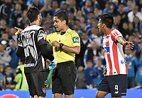 BOGOTA - COLOMBIA -06 -08-2017: Hervin Otero, árbitro, muestra la tarjeta amarilla a Sebastian Viera, arquero del Junior, durante el encuentro entre Millonarios e Atlético Junior por la fecha 6 de la Liga Aguila II 2017 jugado en el estadio Nemesio Camacho El Campin de la ciudad de Bogota. / Hervin Otero, referee, shows the yellow card to Sebastian Viera, goalkeeper of Junior,during match between Millonarios and Atletico Junior for the date 6 of the Liga Aguila II 2017 played at the Nemesio Camacho El Campin Stadium in Bogota city. Photo: VizzorImage / Gabriel Aponte / Staff.