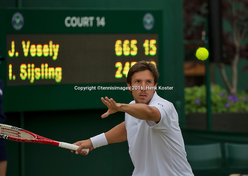 London, England, 29 june, 2016, Tennis, Wimbledon, Igor Sijsling (NED) in his match against Jiri Vesely (CZE)<br /> Photo: Henk Koster/tennisimages.com