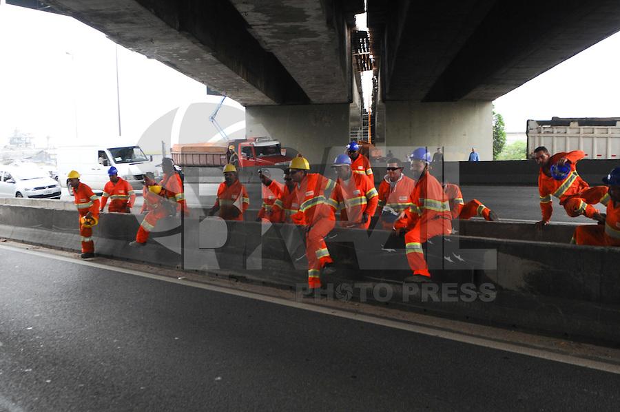 SAO PAULO, SP,30  MARÇO DE 2012 -Bombeiros tenta reanimar o operario que caiu da Ponte dos Remedios. nesta manha o operario nao resistiu ao ferimentos e morreu no local. (FOTO: ADRIANO LIMA - BRAZIL PHOTO PRESS)
