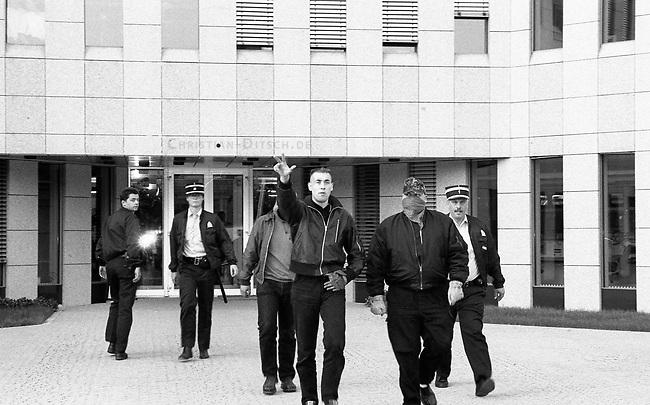 Neonazis versuchen Hess-Gedenken in Luxembourg.<br /> Mehrere dutzend Neonazis aus Deutschland versuchten am 13. August 1994 vor der Deutschen Botschaft in Luxembourg eine Kundgebung in Gedenken an den Hitlerstellvertreter Rudolf Hess abzuhalten. In Deutschland war ein Hess-Gedenken von den Behoerden verboten worden. Die Neonazis wurden nach wenigen Minuten von der Polizei festgenommen und in die Polizeiwache in Schengen verbracht. Von dort wurden sie nach einigen Stunden unter Polizeibegleitung nach Deutschland abgeschoben.<br /> Mit erhobenem Arm: Norbert Weidner, FAP und angeblich V-Mann des Bundesamt fuer Verfassungsschutz.<br /> 13.8.1994, Schengen, Luxembourg<br /> Copyright: Christian-Ditsch.de<br /> [Inhaltsveraendernde Manipulation des Fotos nur nach ausdruecklicher Genehmigung des Fotografen. Vereinbarungen ueber Abtretung von Persoenlichkeitsrechten/Model Release der abgebildeten Person/Personen liegen nicht vor. NO MODEL RELEASE! Nur fuer Redaktionelle Zwecke. Don't publish without copyright Christian-Ditsch.de, Veroeffentlichung nur mit Fotografennennung, sowie gegen Honorar, MwSt. und Beleg. Konto: I N G - D i B a, IBAN DE58500105175400192269, BIC INGDDEFFXXX, Kontakt: post@christian-ditsch.de<br /> Bei der Bearbeitung der Dateiinformationen darf die Urheberkennzeichnung in den EXIF- und  IPTC-Daten nicht entfernt werden, diese sind in digitalen Medien nach &sect;95c UrhG rechtlich geschuetzt. Der Urhebervermerk wird gemaess &sect;13 UrhG verlangt.]