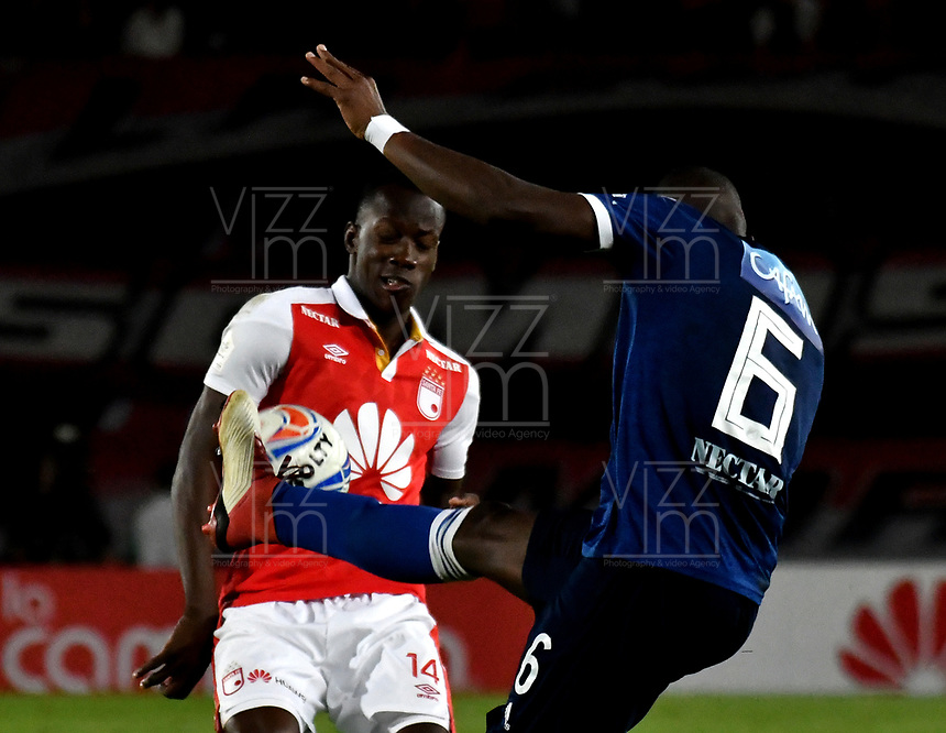 BOGOTÁ - COLOMBIA, 06-05-2018: Baldomero Perlaza (Izq.) jugador de Independiente Santa Fe, disputa el balón con Felipe Román (Der.) jugador de Millonarios, durante partido de la fecha 19 entre Independiente Santa Fe y Millonarios, por la Liga Aguila I 2018, en el estadio Nemesio Camacho El Campin de la ciudad de Bogota. / Baldomero Perlaza (Izq.) player of Independiente Santa Fe struggles for the ball with Felipe Román (R) player of Millonarios, during a match of the 19th date between Independiente Santa Fe and Millonarios, for the Liga Aguila I 2018 at the Nemesio Camacho El Campin Stadium in Bogota city, Photo: VizzorImage / Luis Ramírez / Staff.
