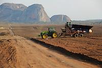 ANGOLA Malange , Biocom Project, sugar factory and large farm for production of sugar cane for 240.000 tons sugar and 30billion litre bio ethanol, John Deere tractor with seeding machine / ANGOLA Malange , Biocom Projekt, Joint venture zwischen Konzern Odebrecht aus Brasilien und Sonangol, staatliche Oelgesellschaft Angolas, und weiteren Investoren u.a. Tocher des Praesidenten Dos Santos, auf einigen tausend Hektar wird Zuckerrohr fuer Produktion von Zucker und Bioethanol angebaut, die Zuckerfabrik ist im Bau und soll 240.000 Tonnen Zucker pro Jahr herstellen, dazu kommen 30 Millionen Liter Ethanol und 70 Megwatt Strom aus Bagasse von einem Biomassekraftwerk, Plantage und Zuckerfabrik sollen 1470 Menschen beschaeftigen, John Deere Traktor mit Saatmaschine bei Pflanzung von Zuckerrohr