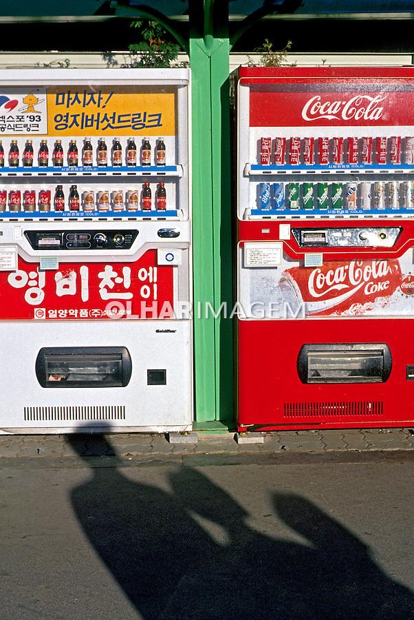Máquinas de venda de refrigerantes em Seul. Coréia do Sul. 1999. Foto de Ricardo Azoury.
