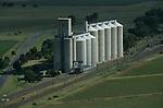 Foto: VidiPhoto..KOPPIES - Een enorme graansilo bij Koppies in Vrijstaat Zuid-Afrika. Zuid-Afrika is één van de grootste maïsproducenten ter wereld.