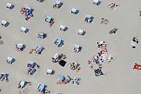 Strandleben:EUROPA, DEUTSCHLAND, SCHLESWIG- HOLSTEIN, TIMMENDORFER STRAND 29.06.2005: Strand, Sonne, Urlaub, Strandkorb, Ostsee,  Ferien, Menschen, Strandkorb, Sonnen, Sonnenbaden, Entspannen, Hautkrebs, <br /><br />Luftaufnahme, Luftbild,  Luftansicht