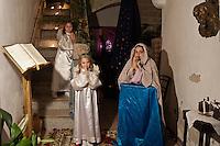 Il Presepe vivente di Specchia, organizzato a cura del Comune di Specchia, della Parrocchia della Presentazione della Vergine Maria e dell'Associazione Culturale Sportiva ?Eugenia Ravasco? Onlus, è uno dei presepi viventi salentini più visitati durante le festività natalizie. La scenografia è il borgo antico, risalente al XVI secolo, considerato uno dei borghi più belli d'Italia. Nel presepe vivente di Specchia il borgo si fonde con costumi e tradizioni dell'epoca tenute in vita ancora oggi: gli antichi mestieri rinascono nella naturale ambientazione del tempo, nei costumi ritrovati, nei colori di una sceneggiatura teatrale che richiama un tempo ormai passato. Il percorso attraversa le antiche corti, entra nelle case che vengono offerte al pubblico per l'occasione nel loro antico splendore, i vicoli sono illuminati da fiaccole ritrovate che riportano la medesima luce del tempo. L'itinerario  parte da via Ferrante Gonzaga, per poi proseguire in via Gongolicchio, attraversando via Corte dei Fiori per arrivare in Via Mura di Ponente, l'antico confine del paese. Sono 250 i figuranti che creano le scene di vita quotidiana, le botteghe animate da artigiani (cestai, fabbri, muratori). In Piazza del Popolo, all'interno del Castello Risolo la Natività conclude il percorso e la rappresentazione.