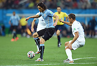 FUSSBALL WM 2014  VORRUNDE    GRUPPE D     Uruguay - England                     19.06.2014 Edinson Cavani (Uruguay) gegen Phil Jagielka (re, England)