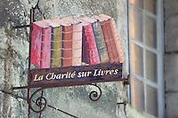 France, Nièvre (58), La Chârité-sur-Loire, enseigne de librairie, La Chârité sur livre commune à toute les librairies de la ville // France, Nievre, La Charite-sur-Loire, bookstore sign, La Chârité sur livre common to all the bookstores in the city