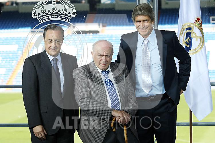 Real Madrid's new coach Manuel Pellegrini (r),the Presindent Florentino Perez (l) and the Hono President Alfredo Di Stefano (c).June 2 2009. (ALTERPHOTOS/Acero).