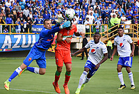 TUNJA-COLOMBIA, 14-04-2019: Eder Chaux y Federico Arbeláez de Patriotas Boyacá, disputan el balón con Fabián González de Millonarios, durante partido entre Patriotas Boyacá y Millonarios, de la fecha 15 por la Liga de Águila I 2019 en el estadio La Independencia en la ciudad de Tunja. Eder Chaux and Federico Arbelaez of Patriotas Boyaca, figth the ball with Fabian Gonzalez of Millonarios, during a match between Patriotas Boyaca and Millonarios, of the 15th date for the  Aguila Leguaje I 2019 at La Independencia stadium in Tunja city. Photo: VizzorImage / José Miguel Palencia / Cont.