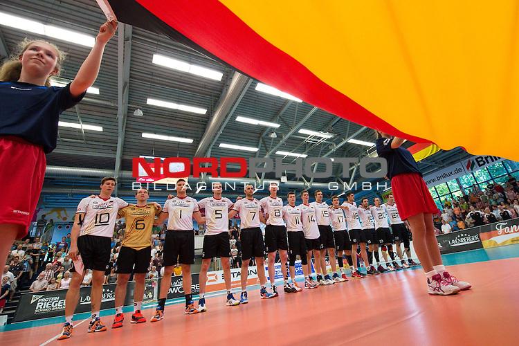 05.06.2015, Sporthalle Berg Halle, Muenster<br /> Volleyball, LŠnderspiel / Laenderspiel, Deutschland vs. Slowakei<br /> <br /> Team Deutschland waehrend Hymne / Flagge<br /> <br />   Foto &copy; nordphoto / Kurth