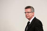 Verteidigungsminister Thomas de Maiziere (CDU) nimmt am Sonntag (05.05.13) im Verteidigungsministerium in Berlin an einer Pressekonferenz teil. De Maiziere teilte mit, dass am Samstag (04.05.13) in Afghanistan ein KSK Soldat im Einsatzt getötet wurde. Foto: CommonLens/Axel Schmidt