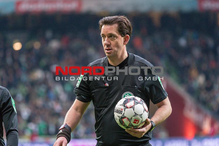 10.02.2019, Weser Stadion, Bremen, GER, 1.FBL, Werder Bremen vs FC Augsburg, <br /> <br /> DFL REGULATIONS PROHIBIT ANY USE OF PHOTOGRAPHS AS IMAGE SEQUENCES AND/OR QUASI-VIDEO.<br /> <br />  im Bild<br /> <br /> Manuel Gr&auml;fe / Graefe ( Schiedsrichter / Referee)<br /> <br /> Foto &copy; nordphoto / Kokenge