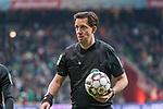 10.02.2019, Weser Stadion, Bremen, GER, 1.FBL, Werder Bremen vs FC Augsburg, <br /> <br /> DFL REGULATIONS PROHIBIT ANY USE OF PHOTOGRAPHS AS IMAGE SEQUENCES AND/OR QUASI-VIDEO.<br /> <br />  im Bild<br /> <br /> Manuel Gräfe / Graefe ( Schiedsrichter / Referee)<br /> <br /> Foto © nordphoto / Kokenge
